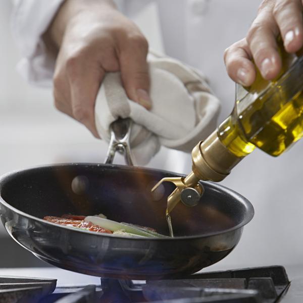 Προσθήκη λαδιού κατά το τηγάνισμα