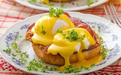 Αυγά Benedict με αβοκάντο και προσούτο