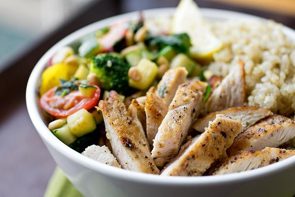Κοτόπουλο με Κινόα και Φρέσκια Σαλάτα